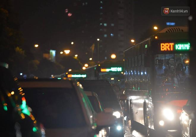 Ảnh: Mưa to đúng giờ tan tầm, nhiều tuyến đường thủ đô ùn tắc cả cây số, người dân vất vả đội mưa về nhà - ảnh 17