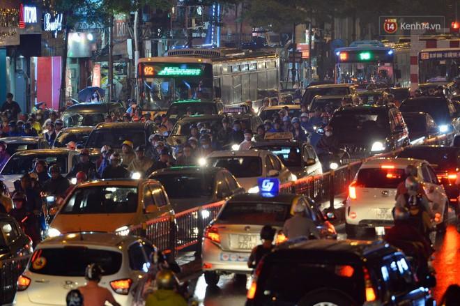 Ảnh: Mưa to đúng giờ tan tầm, nhiều tuyến đường thủ đô ùn tắc cả cây số, người dân vất vả đội mưa về nhà - ảnh 4