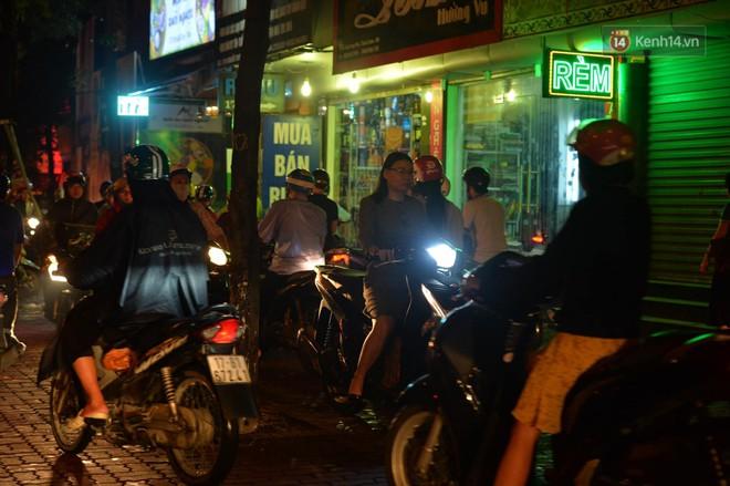 Ảnh: Mưa to đúng giờ tan tầm, nhiều tuyến đường thủ đô ùn tắc cả cây số, người dân vất vả đội mưa về nhà - ảnh 11