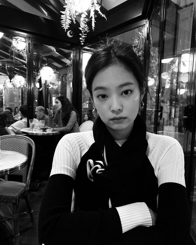 Tóc con, tóc chỉa chẳng trừ một ai: đến mỹ nhân tầm cỡ như Jennie, Taeyeon cũng phải chịu trận đám tóc lơ thơ trên đỉnh đầu - ảnh 2