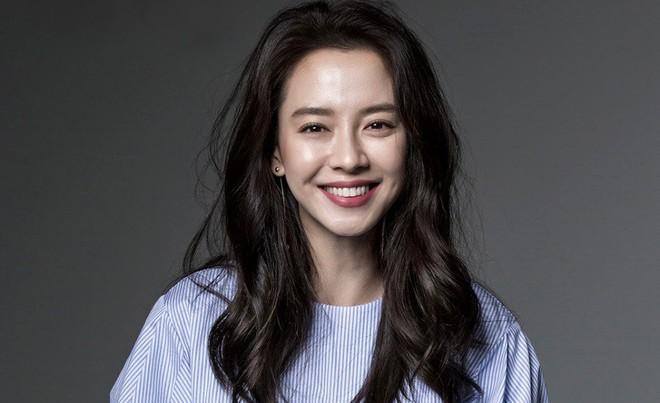 Ế 14 năm rồi bất chợt có đến 4 trai đẹp lao vào crush, đỉnh cao ăn may có gọi tên mợ ngố Song Ji Hyo ở phim mới? - Ảnh 5.