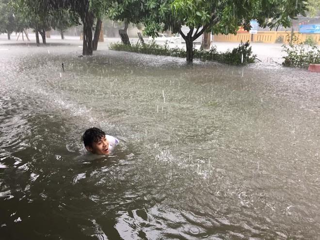 Mưa lớn gây ngập úng ở thành phố Vinh và những người vui nhất là đám học sinh sinh viên, ai cũng thi nhau bơi lội - ảnh 2