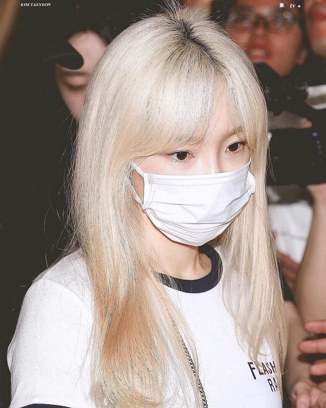 Tóc con, tóc chỉa chẳng trừ một ai: đến mỹ nhân tầm cỡ như Jennie, Taeyeon cũng phải chịu trận đám tóc lơ thơ trên đỉnh đầu - ảnh 6