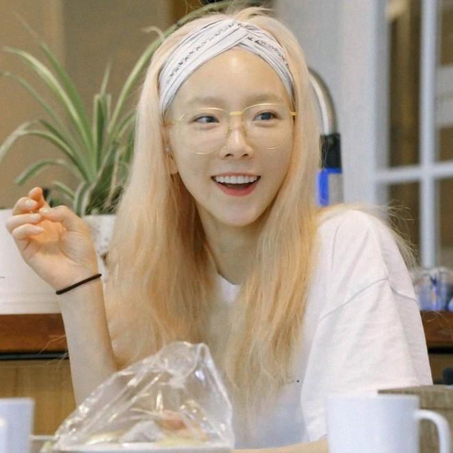 Tóc con, tóc chỉa chẳng trừ một ai: đến mỹ nhân tầm cỡ như Jennie, Taeyeon cũng phải chịu trận đám tóc lơ thơ trên đỉnh đầu - ảnh 4