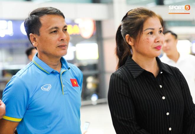 Bố mẹ Quang Hải chờ ở sân bay đến nửa đêm để được gặp con trai và lý do khiến ai cũng cảm động - ảnh 6