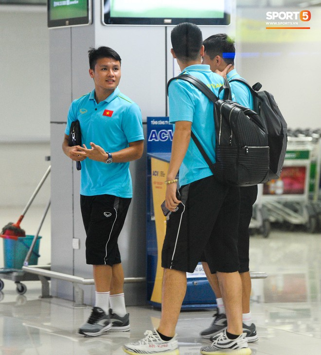 Bố mẹ Quang Hải chờ ở sân bay đến nửa đêm để được gặp con trai và lý do khiến ai cũng cảm động - ảnh 4