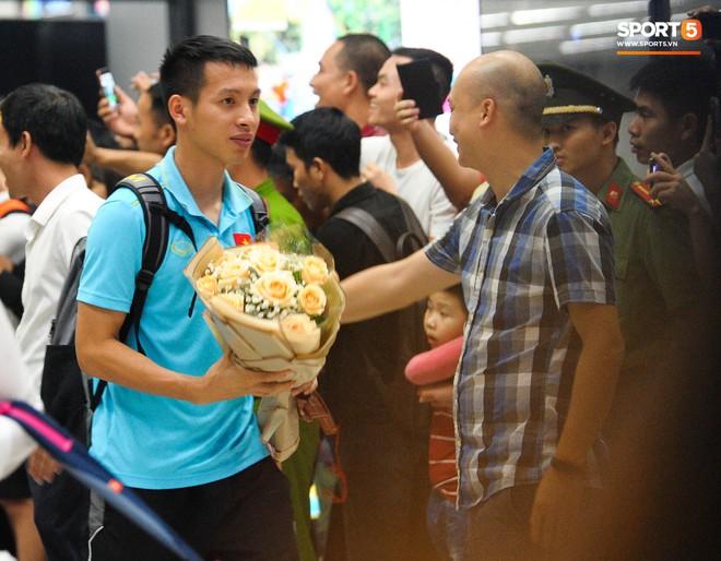 Vừa về đến Hà Nội, Bùi Tiến Dũng vội vã chạy ra tìm vợ vì lo Khánh Linh đang mang bầu phải đợi lâu giữa đêm mưa gió - ảnh 8