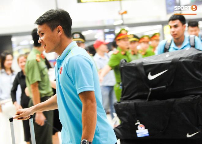 Bố mẹ Quang Hải chờ ở sân bay đến nửa đêm để được gặp con trai và lý do khiến ai cũng cảm động - ảnh 5
