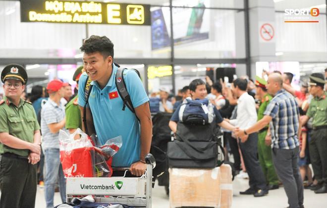 Vừa về đến Hà Nội, Bùi Tiến Dũng vội vã chạy ra tìm vợ vì lo Khánh Linh đang mang bầu phải đợi lâu giữa đêm mưa gió - ảnh 7