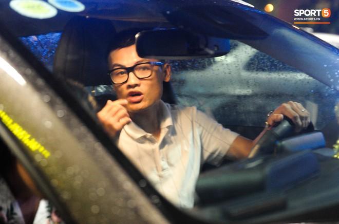 Bố mẹ Quang Hải chờ ở sân bay đến nửa đêm để được gặp con trai và lý do khiến ai cũng cảm động - ảnh 10