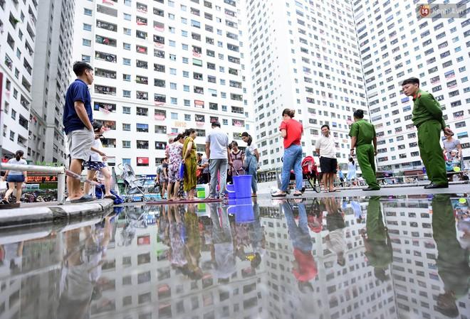 Thau rửa bể ngầm, bể trên cao của tổ hợp chung cư HH Linh Đàm để đón nước sạch - ảnh 2