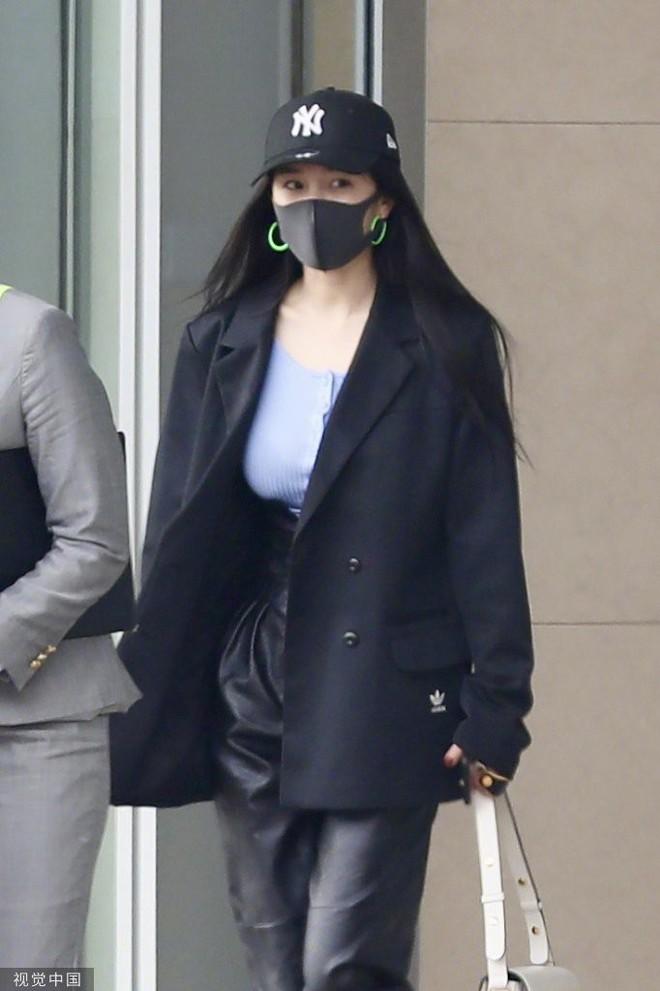 Lên đồ sành điệu là thế nhưng Dương Mịch lại hứng chí đeo đôi khuyên tai loè loẹt xì tin đậm chất hot girl Việt những năm 2000 - ảnh 6