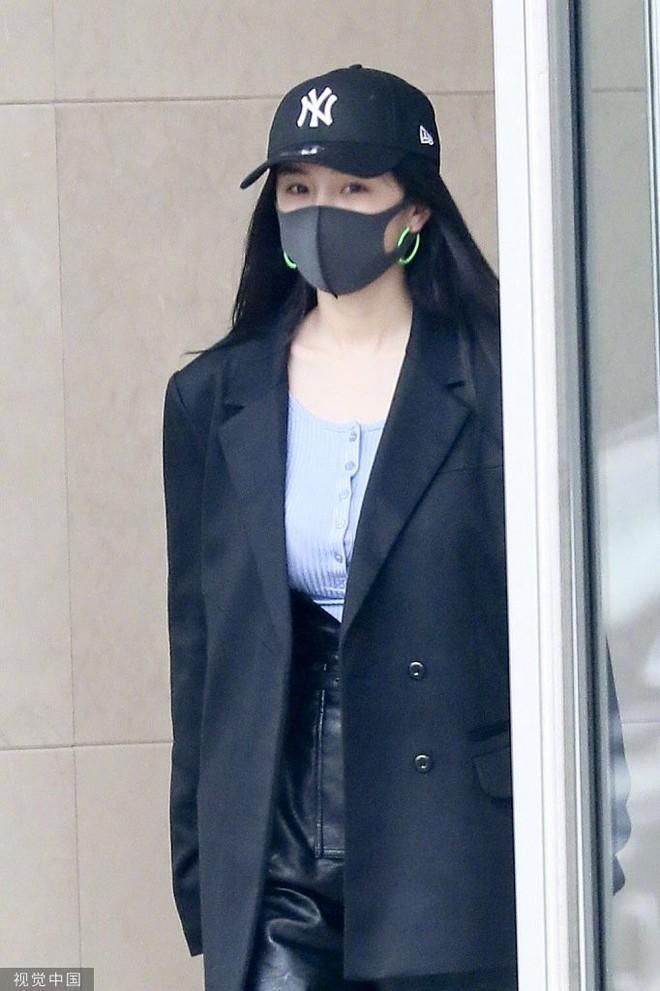 Lên đồ sành điệu là thế nhưng Dương Mịch lại hứng chí đeo đôi khuyên tai loè loẹt xì tin đậm chất hot girl Việt những năm 2000 - ảnh 7