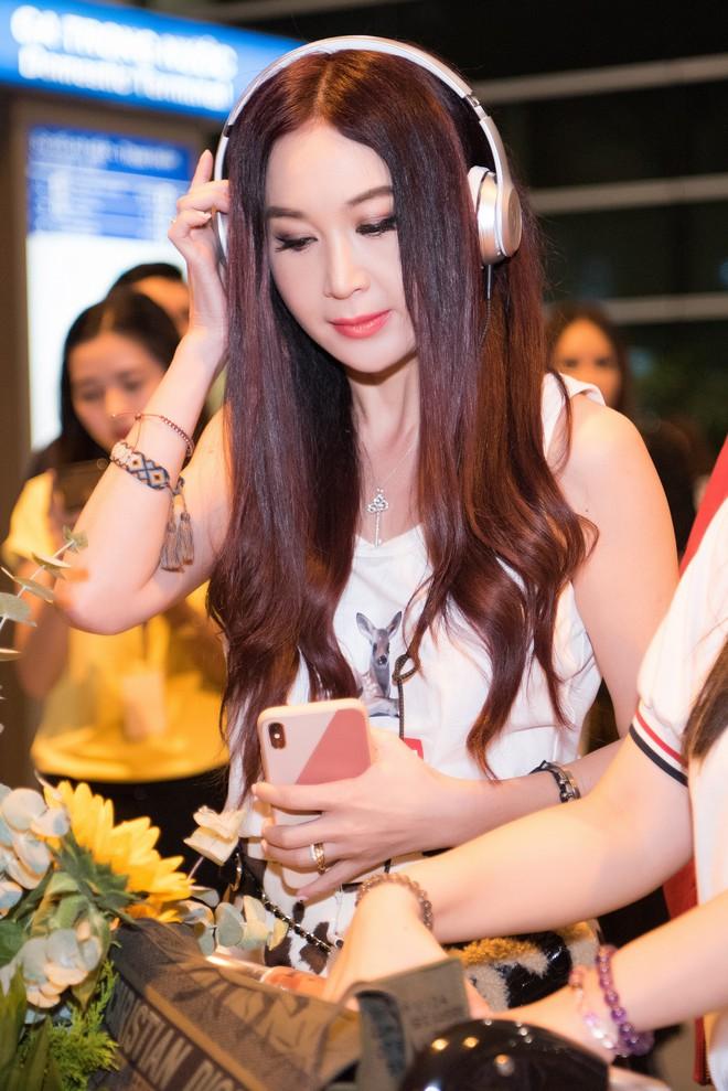 Sao Cbiz Ôn Bích Hà đến Việt Nam, bất ngờ với nhan sắc trẻ trung như gái đôi mươi dù đã ở tuổi 53 - ảnh 3