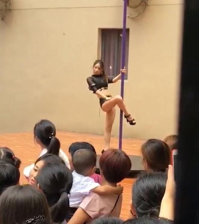 Hiệu trưởng trường mầm non bị sa thải vì mời diễn viên múa cột tới biểu diễn cho học sinh - ảnh 1