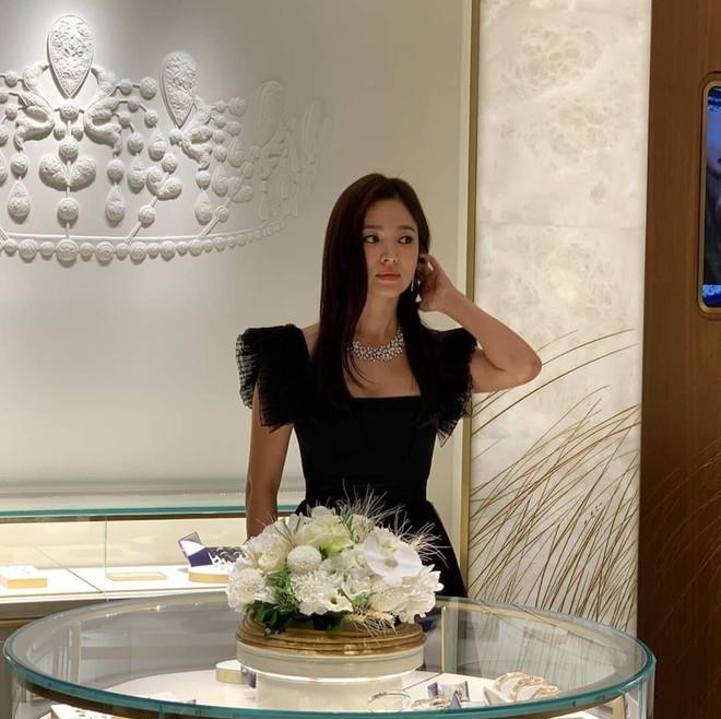 Vừa tuyên bố hùng hồn hủy lịch trình để tưởng nhớ Sulli, Song Hye Kyo bị bắt gặp lồng lộn dự sự kiện - ảnh 3