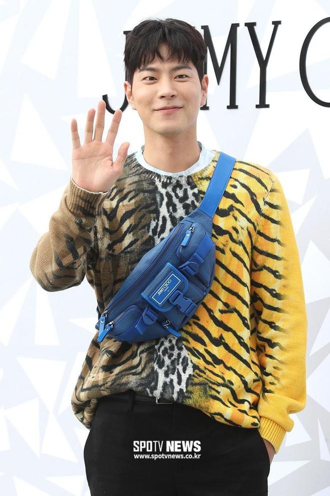 Lee Sung Kyung lấn át mỹ nhân TWICE tại sự kiện, bỗng người trùm đầu bí ẩn trà trộn vào đám đông chiếm trọn spotlight - ảnh 9