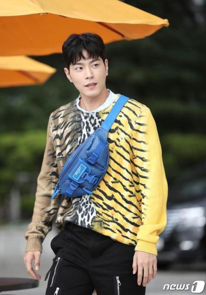 Lee Sung Kyung lấn át mỹ nhân TWICE tại sự kiện, bỗng người trùm đầu bí ẩn trà trộn vào đám đông chiếm trọn spotlight - ảnh 10