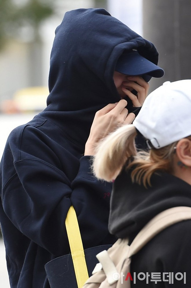 Lee Sung Kyung lấn át mỹ nhân TWICE tại sự kiện, bỗng người trùm đầu bí ẩn trà trộn vào đám đông chiếm trọn spotlight - ảnh 16