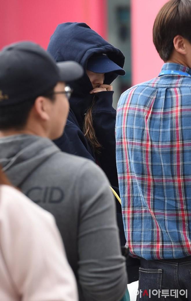Lee Sung Kyung lấn át mỹ nhân TWICE tại sự kiện, bỗng người trùm đầu bí ẩn trà trộn vào đám đông chiếm trọn spotlight - ảnh 12