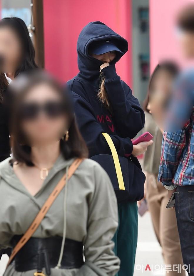 Lee Sung Kyung lấn át mỹ nhân TWICE tại sự kiện, bỗng người trùm đầu bí ẩn trà trộn vào đám đông chiếm trọn spotlight - ảnh 13