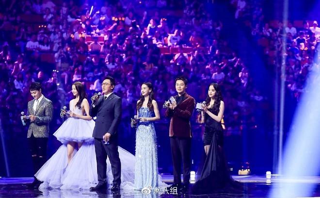 Màn chặt chém sắc vóc gắt nhất trên sóng truyền hình: Angela Baby chịu lép vế hoàn toàn trước mỹ nhân Luhan yêu say đắm - ảnh 2
