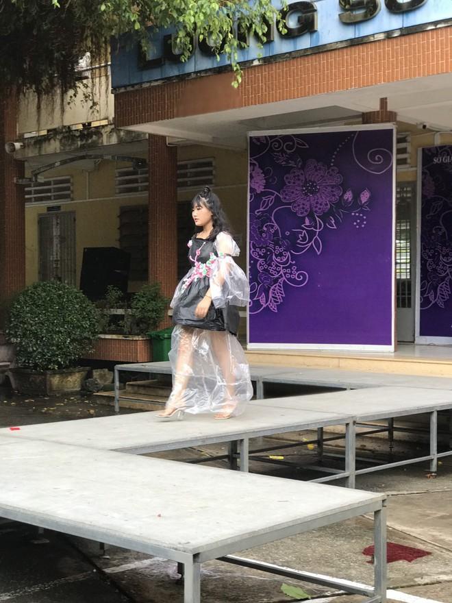 Choáng ngợp với bộ sưu tập thời trang từ phế liệu và rác thải của học sinh, sang chảnh không kém gì thời trang chuyên nghiệp - ảnh 9