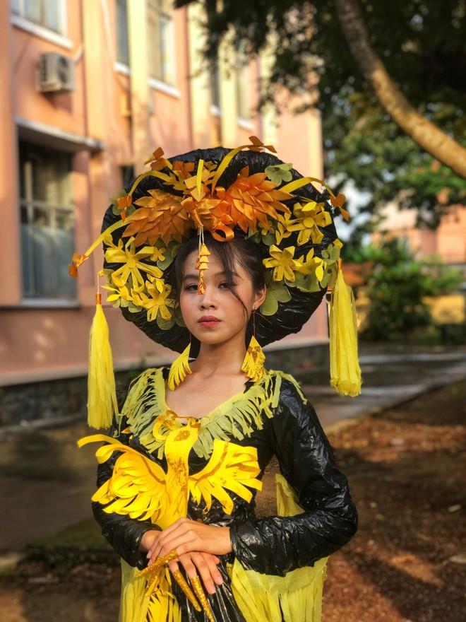 Choáng ngợp với bộ sưu tập thời trang từ phế liệu và rác thải của học sinh, sang chảnh không kém gì thời trang chuyên nghiệp - ảnh 4