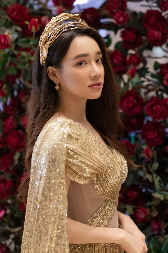 Ngập sắc vàng kim cả một thảm đỏ: Lan Ngọc đài các đúng kiểu Crazy Rich Asian, Nhã Phương long lanh tựa nữ thần - ảnh 4