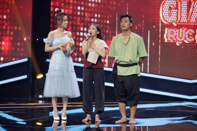 Cựu trưởng nhóm HKT bất ngờ bị fan nữ cưỡng hôn trên sóng truyền hình - ảnh 4