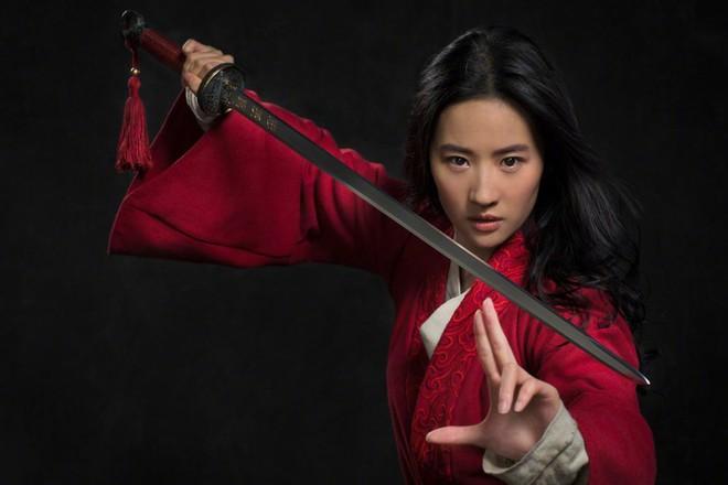 Mulan của Lưu Diệc Phi nhận về mớ gạch ở suất chiếu thử, Disney tức tốc quay bổ sung liền 4 tháng! - Ảnh 2.