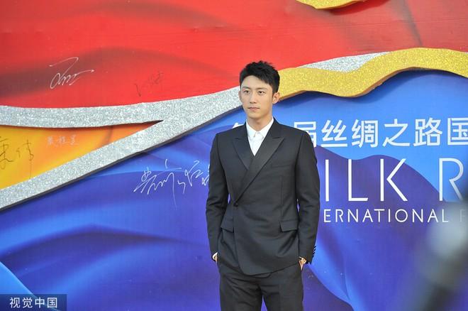 Thảm đỏ Cbiz hot nhất hôm nay: Đôi bạn thân Huỳnh Hiểu Minh - Triệu Vy chiếm spotlight, Na Tra gây sốt vì quá xinh - Ảnh 14.