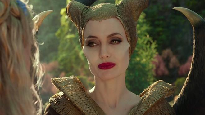 Bỏng mắt trước đại chiến nhan sắc của Maleficent: Hai bà sui chanh sả át cả con gái, anh quạ đẹp không thua hoàng tử - Ảnh 1.