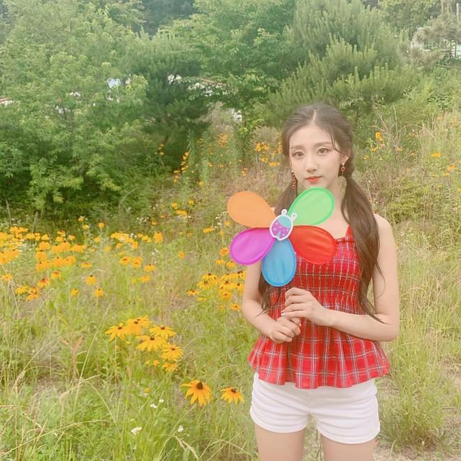 5 nữ idol diện chung một mẫu áo hai dây: Chị đại Taeyeon cân hết hội đàn em 9X - ảnh 7