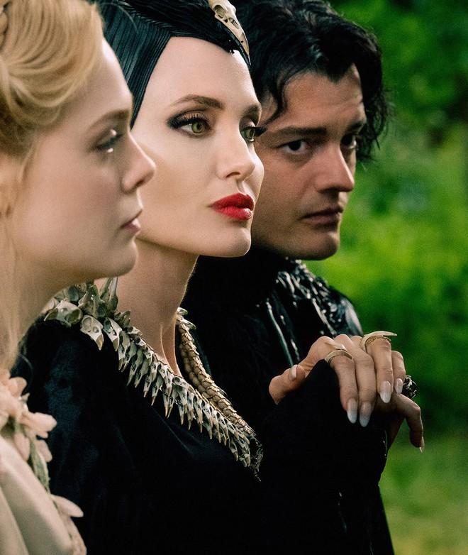 Bỏng mắt trước đại chiến nhan sắc của Maleficent: Hai bà sui chanh sả át cả con gái, anh quạ đẹp không thua hoàng tử - Ảnh 27.