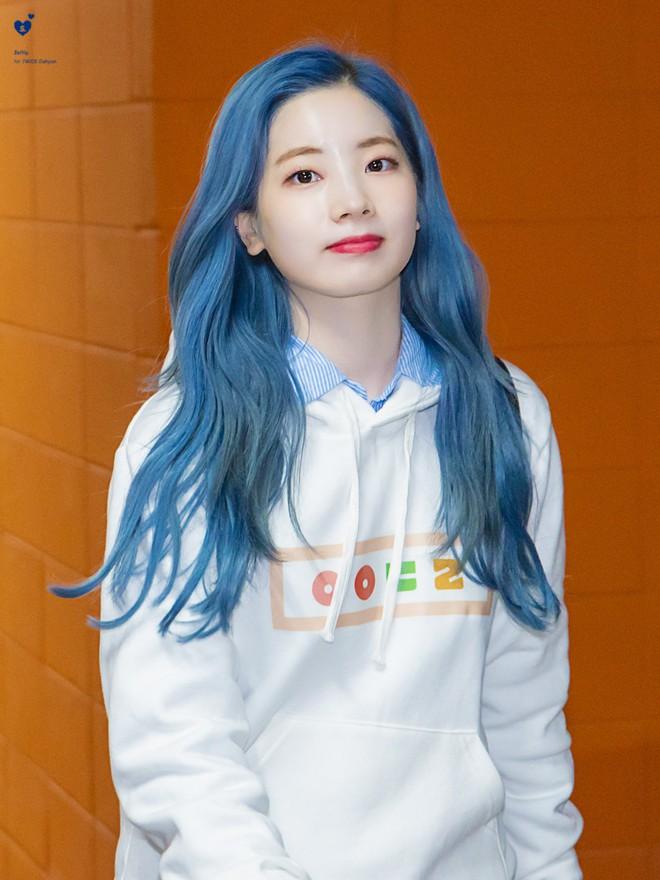 Tấu hài cực mạnh: Dahyun (TWICE) giật trọn spotlight cuối tuần với hình tượng cô bé đô con Thần Đèn tại sân khấu fanmeeting mới nhất  - Ảnh 4.