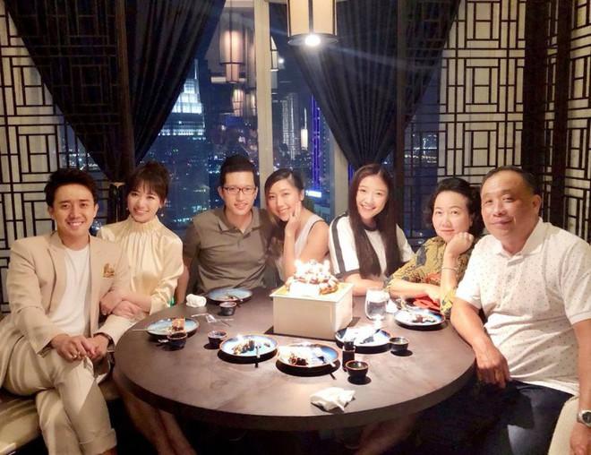 Netizen liên tục thắc mắc vì Hari Won lần đầu vắng mặt trong tiệc sinh nhật mẹ Trấn Thành - ảnh 4