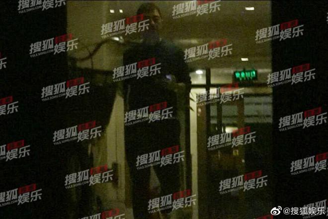 Giữa lùm xùm chia tay Tạ Đình Phong, Vương Phi bị paparazzi tóm sóng khi nửa đêm tới nhà Lý Á Bằng - ảnh 1