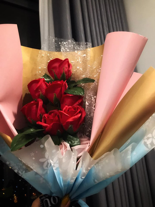 Book xe ôm vu vơ hết 55k, gái xinh không ngờ gặp trúng tài xế chiều khách như người yêu, tặng luôn bó hoa 170k - ảnh 1