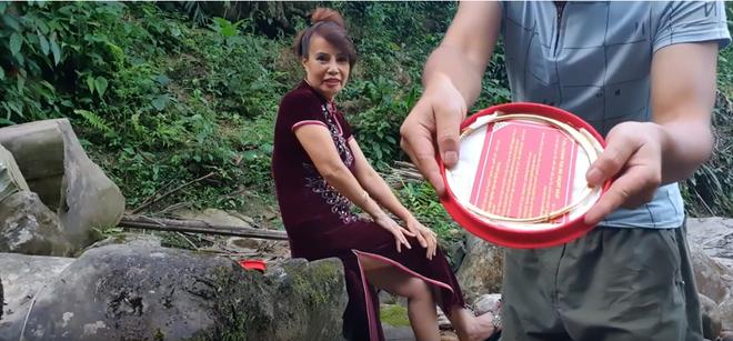 Sau hơn 1 năm kết hôn, cô dâu 62 tuổi bất ngờ được chồng trẻ tặng quà khủng bên bờ suối nhân dịp 20/10 gây xôn xao - ảnh 2