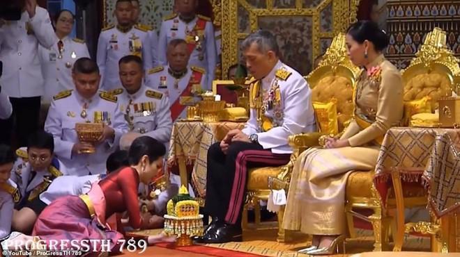 Hoàng hậu và Hoàng quý phi Thái Lan: Hai người phụ nữ có xuất phát điểm tương đồng và cuộc chiến tranh sủng gây xôn xao dư luận - ảnh 6