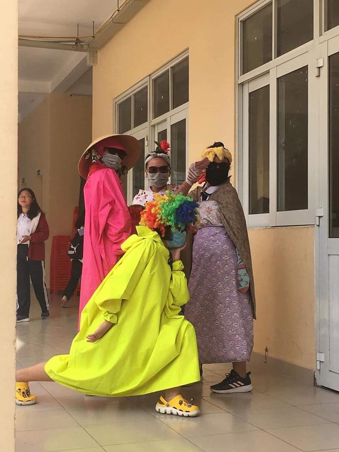 Đi cổ vũ kéo co mà diện đồ cực độc như diễn hề, nhóm nữ sinh chiếm luôn spotlight của hội thi dù chỉ đứng nhún nhảy - ảnh 2