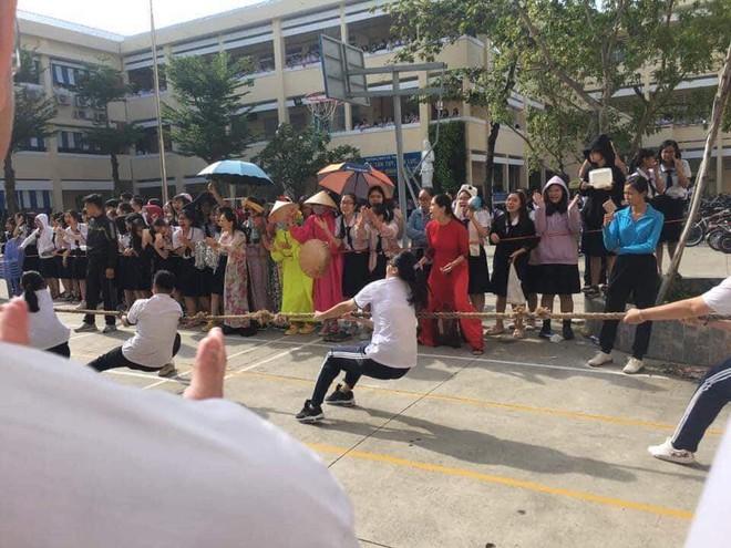 Đi cổ vũ kéo co mà diện đồ cực độc như diễn hề, nhóm nữ sinh chiếm luôn spotlight của hội thi dù chỉ đứng nhún nhảy - ảnh 3
