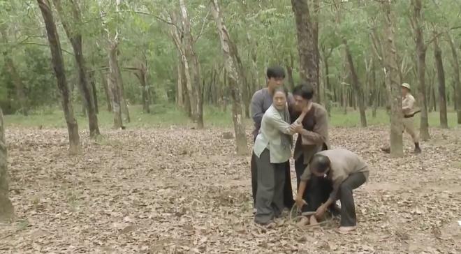 Tiếng Sét Trong Mưa tập 43: Con trai sắp bị bắn vỡ sọ, mẹ mìn Thị Bình vẫn cố chấp giữ bí mật vô nghĩa? - ảnh 9