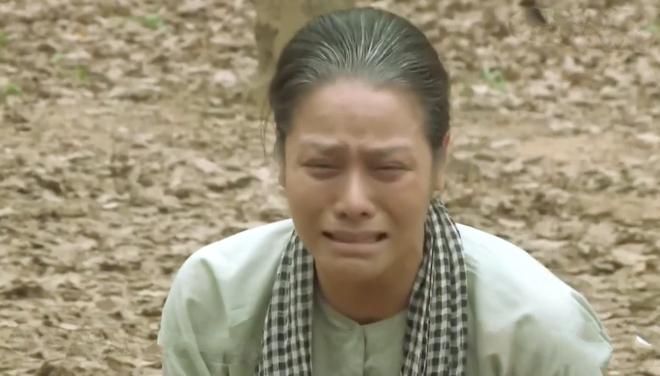 Tiếng Sét Trong Mưa tập 43: Con trai sắp bị bắn vỡ sọ, mẹ mìn Thị Bình vẫn cố chấp giữ bí mật vô nghĩa? - ảnh 1