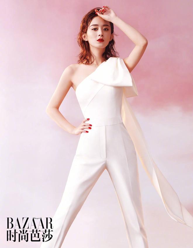 Triệu Lệ Dĩnh và 3 lần lên bìa tạp chí thời trang: từ chỗ bị chê ỏng eo nay đã lên level xuất sắc cả về phong cách lẫn thần thái - ảnh 9