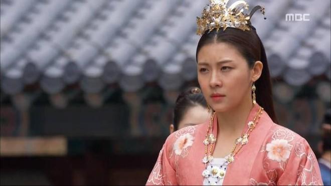 Cung đấu Hoàng gia Thái Lan đã là gì so với 6 phim này: Ngô Cẩn Ngôn hô mưa gọi gió, Ha Ji Won chẳng sợ trời cao đất dày - Ảnh 14.