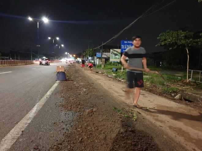 Bình Dương: Hàng chục xe ngã dúi dụi, trẻ em và bà bầu khóc thét vì bị trượt té trên đường đầy dầu nhớt - ảnh 4