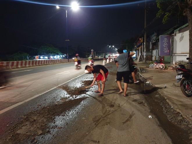 Bình Dương: Hàng chục xe ngã dúi dụi, trẻ em và bà bầu khóc thét vì bị trượt té trên đường đầy dầu nhớt - ảnh 5