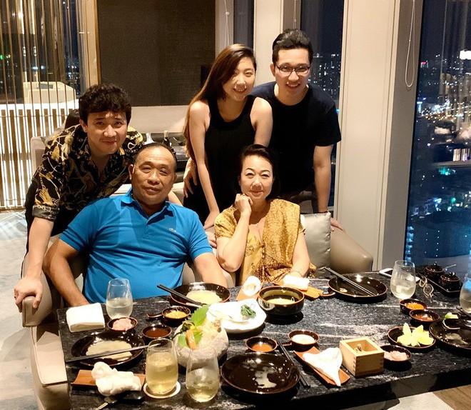 Trấn Thành lên tiếng giải thích lý do Hari Won vắng mặt trong tiệc sinh nhật mẹ chồng - ảnh 1